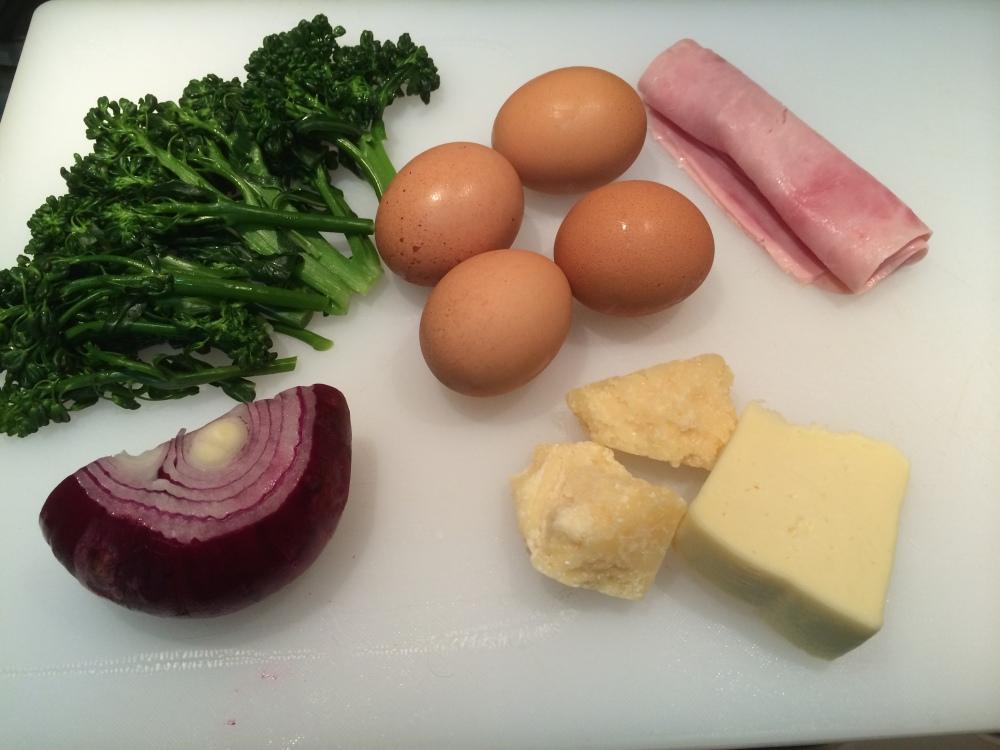 Ovos, Brócolis, Cebola Roxa, Presunto, Queijo Parmesão e Queijo Minas Padrão