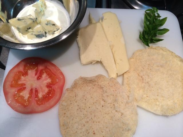 """Ingredientes: Pão sírio (eu dou uma esquentada de leve na torradeira para ele abrir mais facil); Queijo bom de derreter, 1 fatia fina de tomate, folhinhas de manjericão, gorgonzola e um pouco de creme de leite para """"soltar""""o gorgonzola."""
