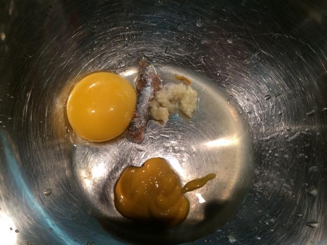 Ingredientes para o molho da salada: 1 gema de ovo, 1  anchova (esta é uma frescura minha para dar uma cara de caesar, se não quiser não precisa), 1 dente de alho picado, 1 colher de sobremesa de azeite e suco de 1/2 limão.