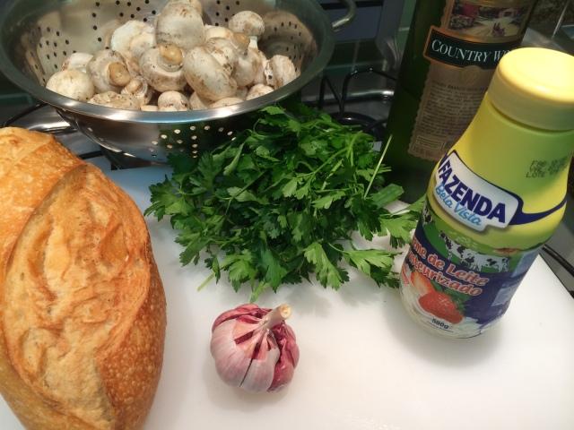 Ingredientes para 4 pessoas: Pão Italiano, 1ramo de salsinha, 2 dentes de alho picados, 3 caixinhas de cogumelos de Paris frescos, 1/2 xícara de vinho branco seco, 1xícara de creme de leite fresco, Queijo parmesão ou grana padana