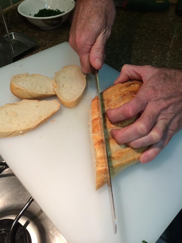 Fatia o pão italiano em fatias finas