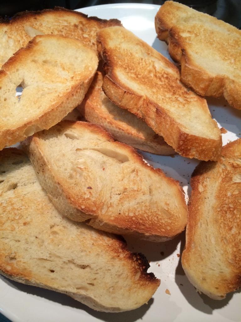 Toste as fatias de pão na torradeira ou no forno