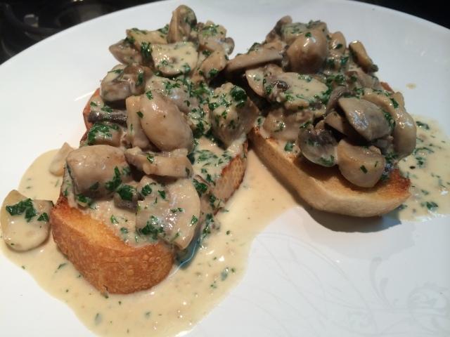 Sirva o creme de champignons sobre as fatias tostadas de pão italiano
