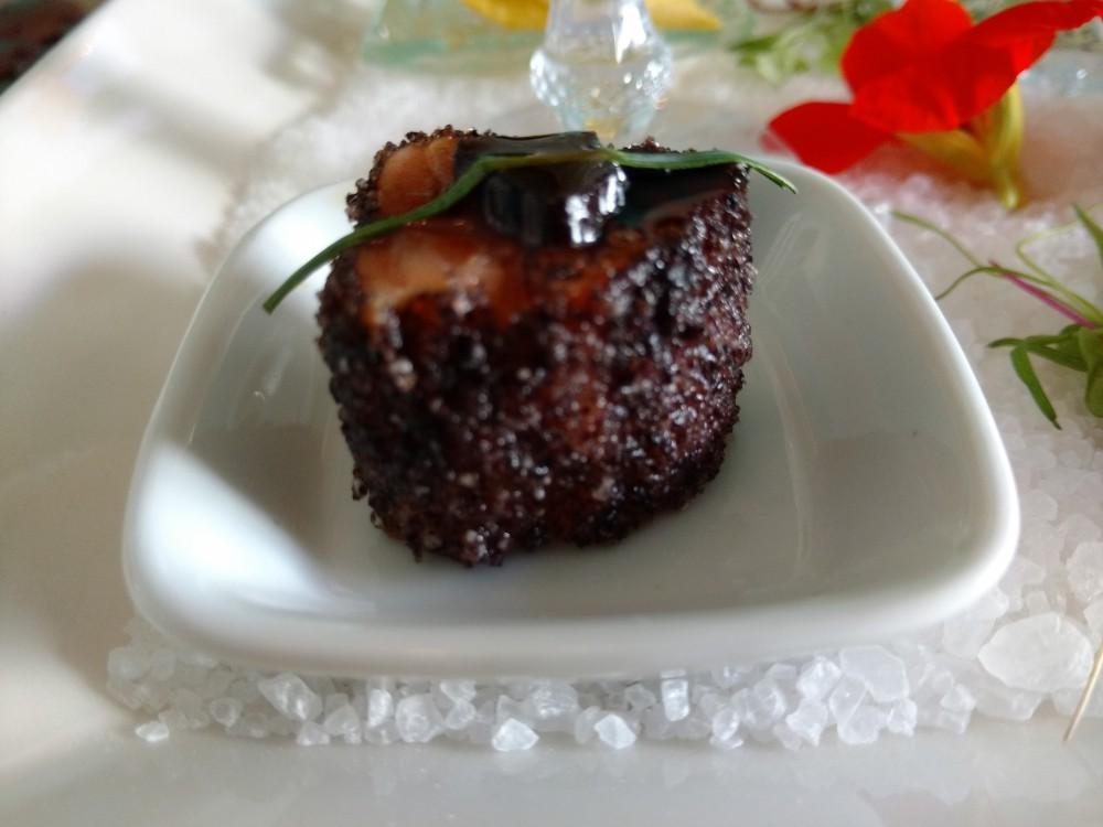 Salmão em Crosta de Arroz Negro acompanhado por tarê, com Alho Negro