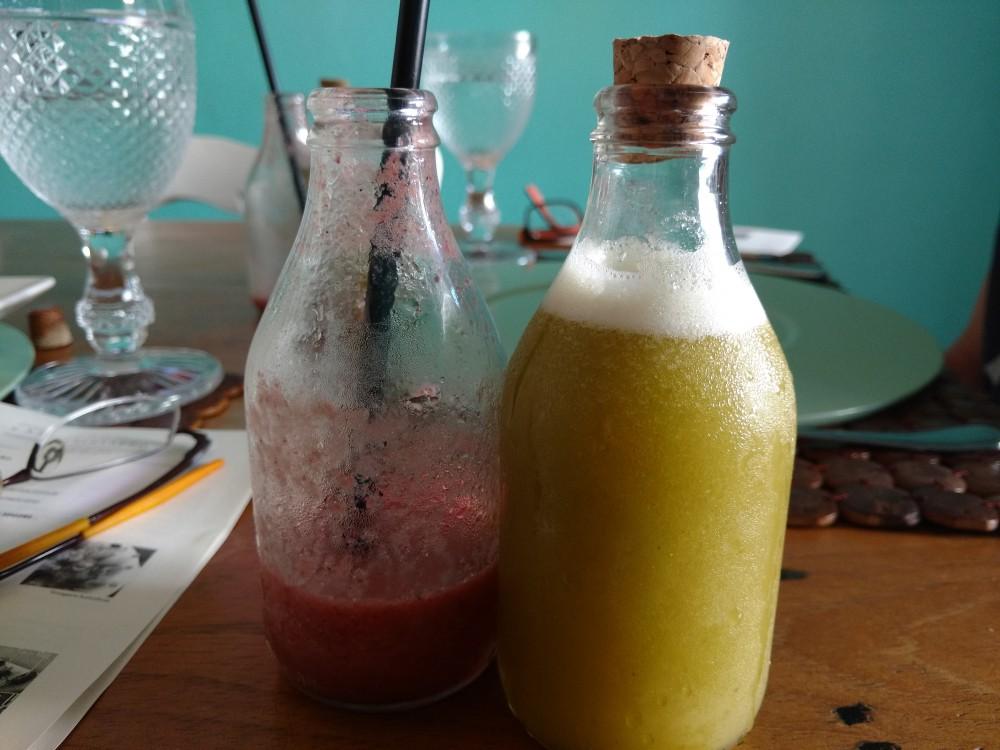 Suco de Tangerina com Frutas Vermelhas; Suco de Abacaxi com Capim Santo
