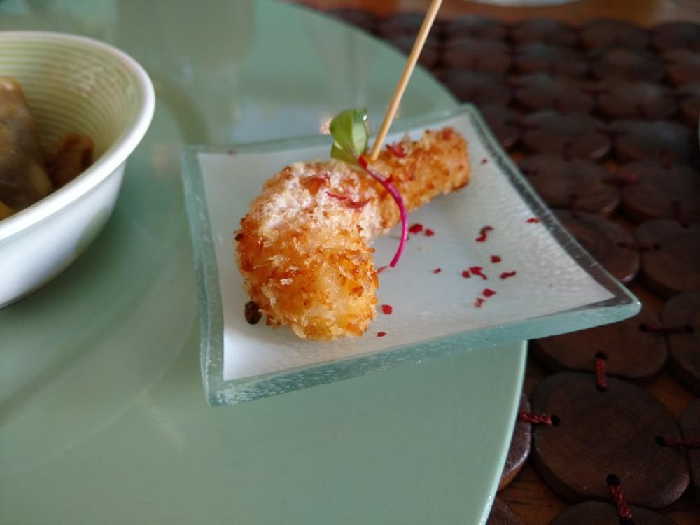 Camarão empanado com Côco acompanhado por Chiffon de Lima da Pérsia e Pimenta Rosa