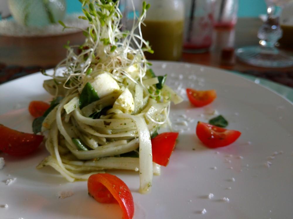 Talharim de Pupunha, Tomate Cereja, Mozzarella de Búfala e Pesto de Manjericão