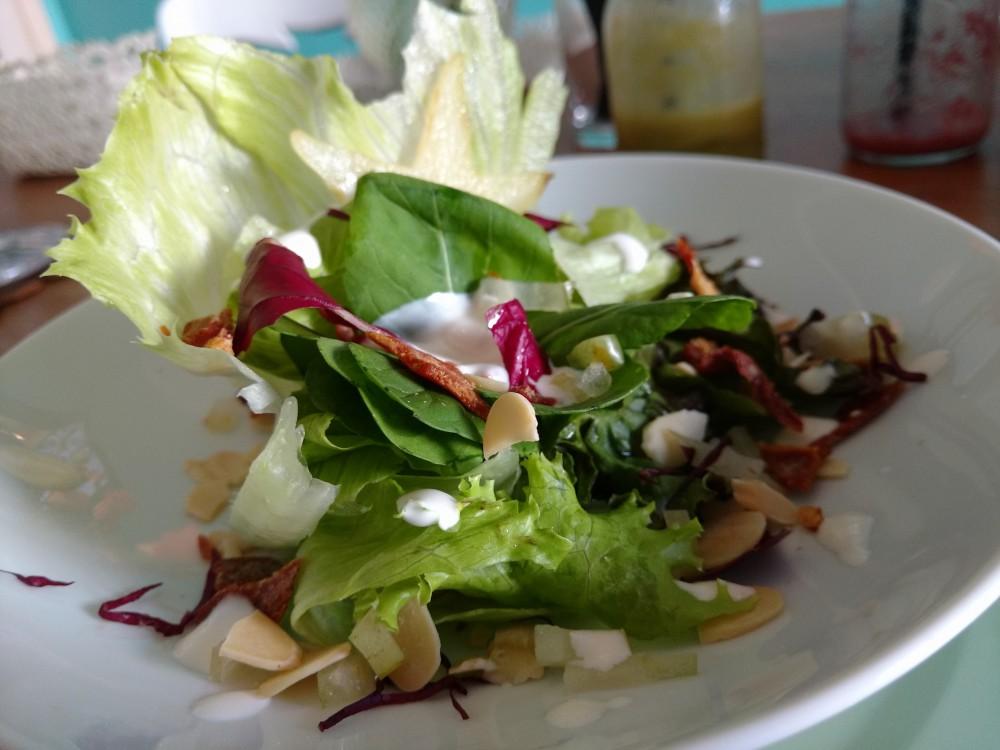 Salada de Folhas Nobres, Carambola, Chips de Presunto Cru e Lascas de Amêndoas, acompanhado por Molho Cremoso de Limão