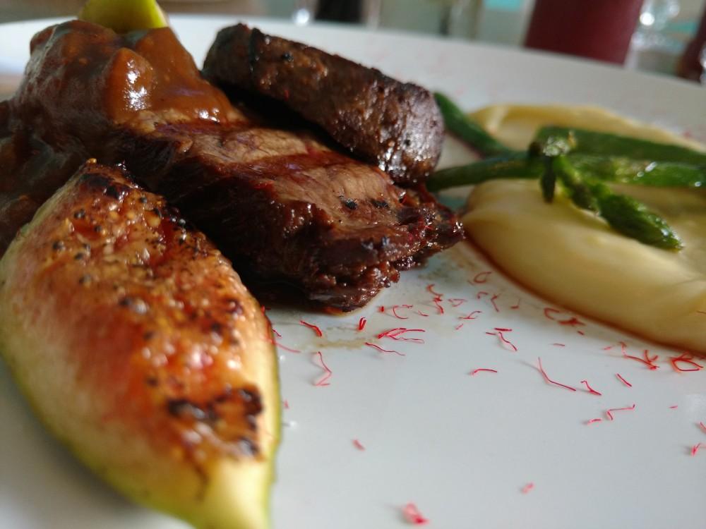 Escalope de Filet Mignon ao Molho de Figo e Vinho do Porto acompanhado por Aligot de Batata e Aspargos Grelhados